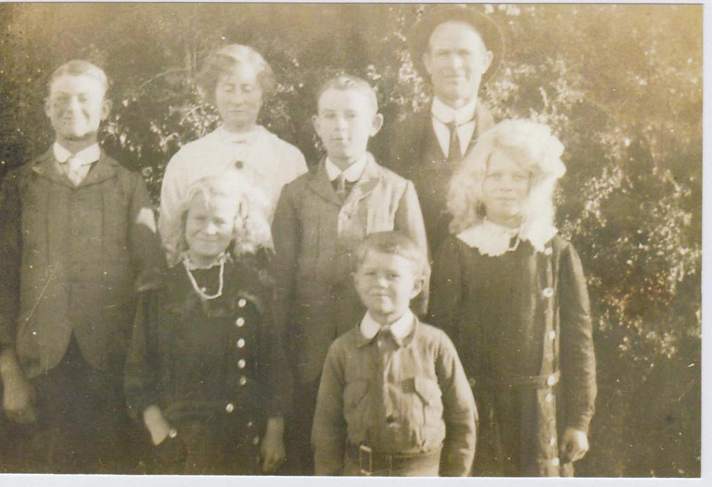 Fred and Eliza Davis with family, Roy Horrie, Gladys, Iris and Eric.jpg
